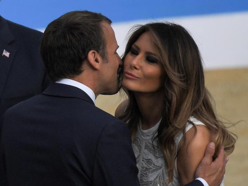 El presidente galo, Emmanuel Macron (i), besa a la primera dama estadounidense, Melania Trump (d), a su llegada a la cena de la cumbre de jefes de estado de la OTAN en Bruselas (Bélgica) el 11 de julio de 2018. EFE