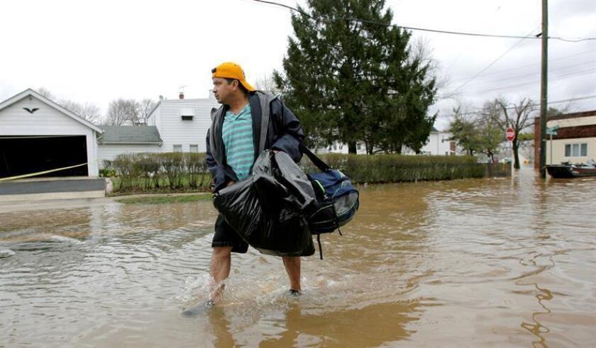 Residentes de Nueva Jersey tuvieron que evacuar sus hogares hoy, por segunda vez en tres días, debido a las inundaciones provocadas por la lluvia torrencial, que obligó a cerrar varias calles y perjudicó a los conductores. EFE/Archivo