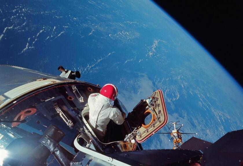 Fotografía facilitada este viernes por la editorial Taschen, en la que se registró al piloto del Apolo 9 Dave Scott, en marzo de 1969, al salir por la escotilla de la nave para probar algunos de los sistemas del traje espacial que se uso luego en las operaciones lunares. EFE