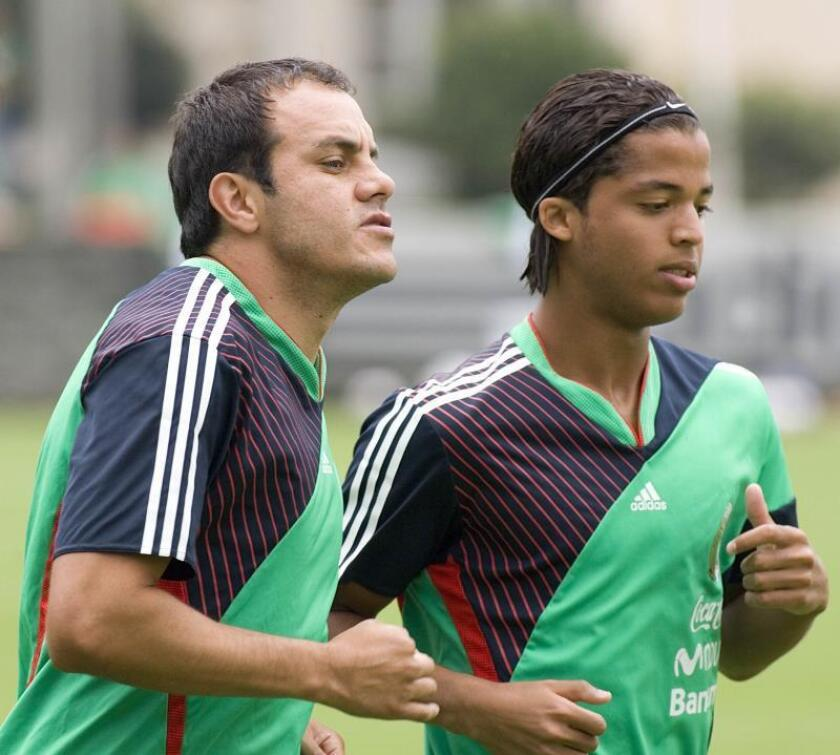 Los jugadores de la selección mexicana de fútbol Cuauhtemoc Blanco (i) y Giovanni dos Santos (d) practican el 18 de agosto de 2008, durante un entrenamiento en el Centro de Alto Rendimiento en Ciudad de México. EFE/Alex Cruz/Archivo