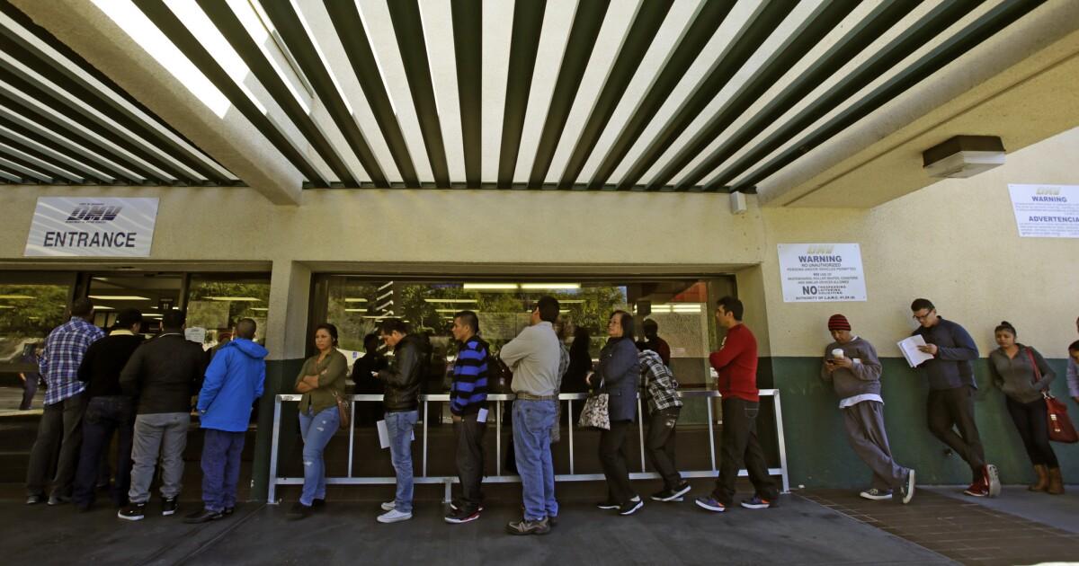 Να πάρει στη γραμμή. Καλιφόρνια DMV είναι επικίνδυνα πίσω στην έκδοση Πραγματική IDs
