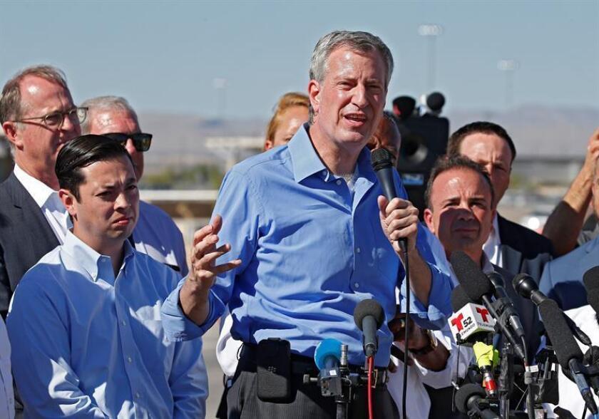 El alcalde de Nueva York, Bill de Blasio (c), ofrece una rueda de prensa conjunta con otros alcaldes estadounidenses en la entrada de la frontera con México, en Tornillo, Texas (EE. UU). EFE/Archivo
