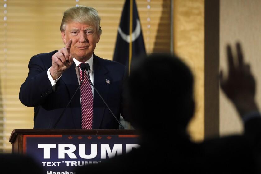 El candidato presidencial republicano Donald Trump durante una conferencia de prensa en Hanahan, South Carolina, el lunes 15 de febrero de 2016. (AP Foto/Matt Rourke)