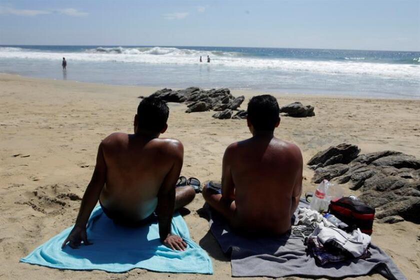 Turistas participan durante el Festival Nudista Zipolite 2018, en la playa de Zipolite, estado de Oaxaca (México). EFE