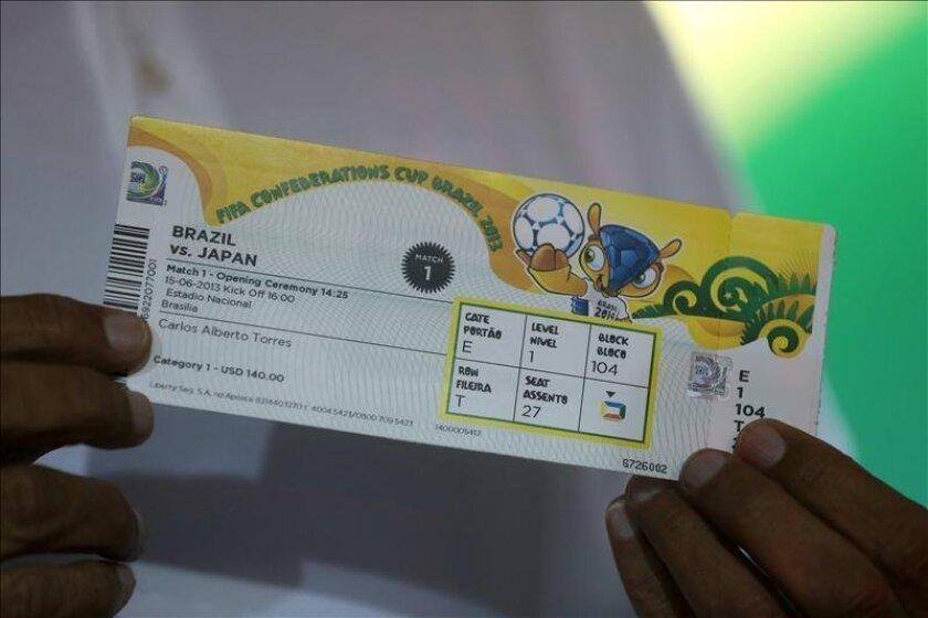El director de Mercadotecnia de la FIFA, Thierry Weil, presentó hoy el diseño de los boletos de la Copa Confederaciones, que se podrán retirar a partir de mañana en cualquiera de las ciudades sede de la competición: Río de Janeiro, Brasilia, Belo Horizonte, Recife, Fortaleza y Salvador. EFE