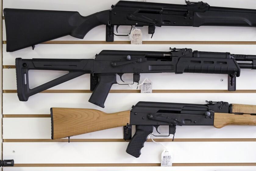 ARCHIVO - En imagen de archivo del 2 de octubre de 2018, fusiles semiautomáticos son exhibidos