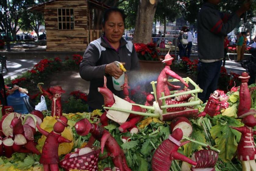 Fotografía de figuras hechas con tubérculos por artesanos oaxaqueños este sábado, 23 de diciembre de 2017, en Oaxaca (México). Artesanos tallan y moldean figuras elaboradas con tubérculos para exponerlas en la tradicional Noche de Rábanos, que se celebra desde hace 120 años en la ciudad de Oaxaca, en el sur de México. EFE