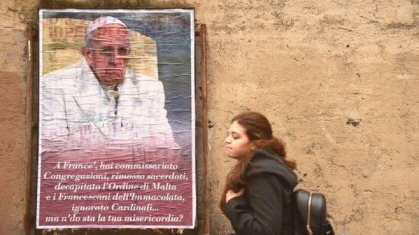Además, una portada falsa del periódico del Vaticano L'Osservatore Romano en la que se hacía una burla del Pontífice, les llegó por correo electrónico a un grupo de cardenales.