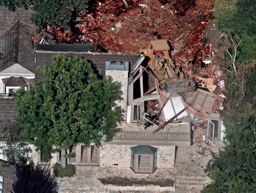 Fotografía de archivo del 29 de julio de 1998 de trabajadores demoliendo la antigua casa de O.J. Simpson en el barrio de Brentwood, en Los Ángeles. (Foto AP/Mark J. Terrill)