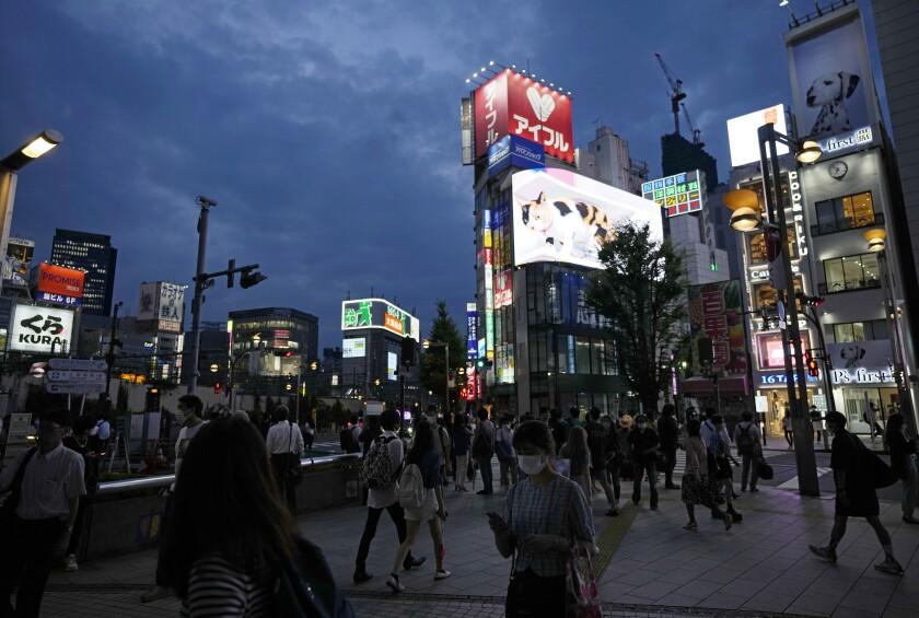 عابران پیاده در توکیو در 30 جولای 2021. پایتخت برای جلوگیری از شیوع COVID-19 در وضعیت اضطراری است.