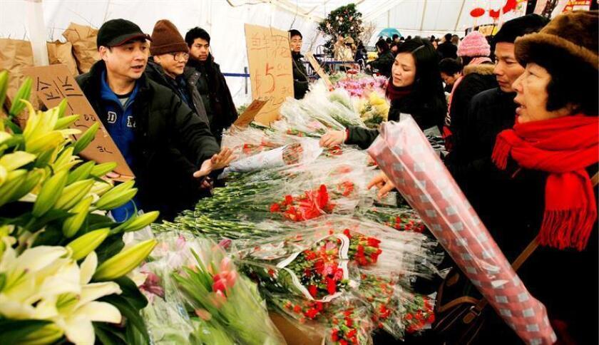 Personas compran flores en un mercado, para la celebración del Año Nuevo Chino en el Barrio Chino de Nueva York, el 16 de febrero de 2007. EFE/Archivo