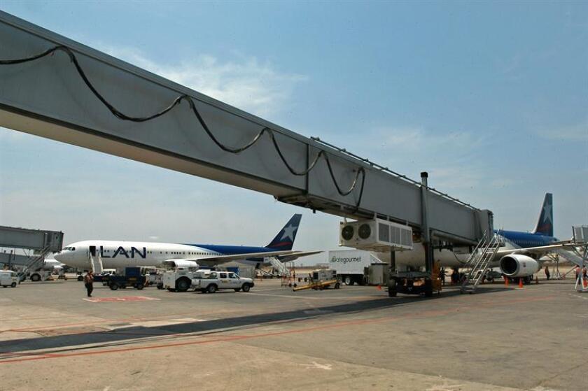 Los ocho nuevos estacionamientos se ubicarán en un área de 44.000 metros cuadrados que la Fuerza Aérea del Perú (FAP) prestará de su base aérea aledaña a Lima Airport Partners (LAP), empresa concesionaria del principal y mayor aeropuerto peruano. EFE/Archivo