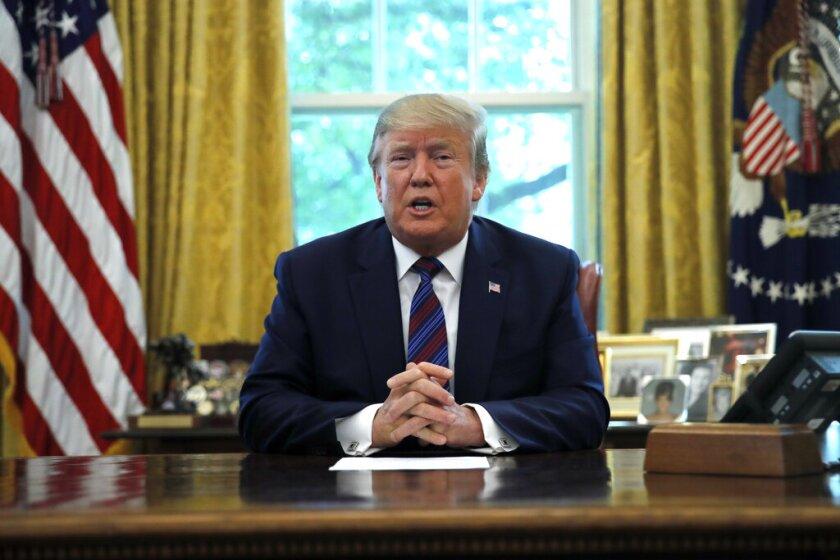 El presidente Donald Trump habla con la prensa en la Oficina Oval de la Casa Blanca, en Washington, el viernes 26 de julio de 2019. (AP Foto/Carolyn Kaster)