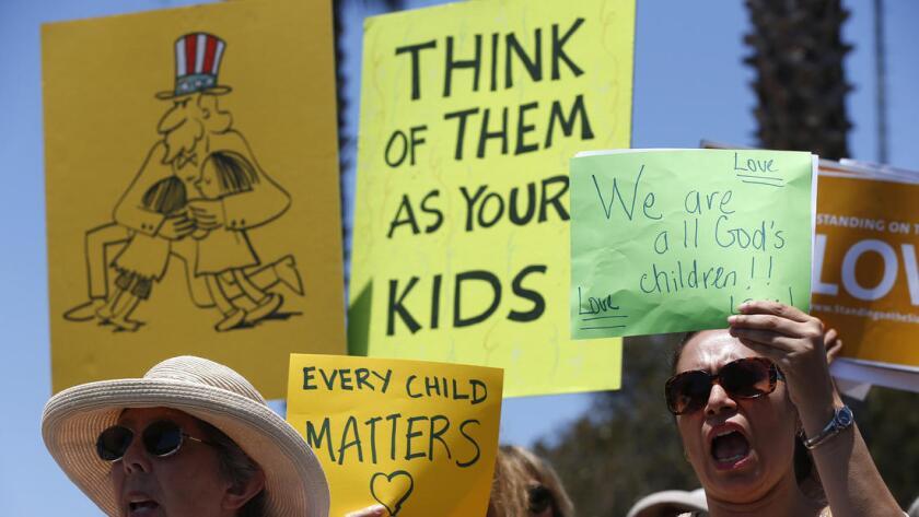 Karla Salazar (d) y Ellen Leonard protestan y piden al gobierno federal que libere a los menores que ya están en el país, pero que siguen en centros migratorios. Robert Gauthier / Los Angeles Times