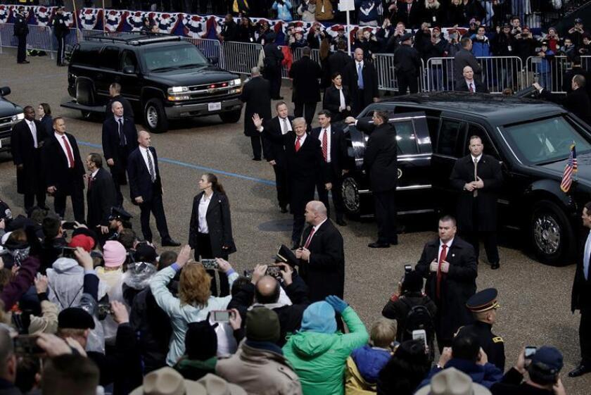 El presidente, Donald Trump, y la primera dama, Melania, llegaron a la tribuna de cristal instalada frente a la Casa Blanca, en la Plaza Lafayette, desde la que presidirán el desfile que se celebra hoy en su honor por la investidura del mandatario. EFE/EPA