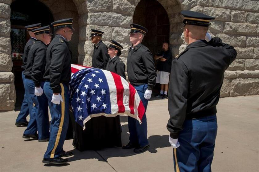 Oficiales de la Guardia Nacional del Ejército de Arizona llevan el ataúd del senador estadounidense John McCain al interior del edificio del Capitolio del estado de Arizona en Phoenix, Arizona (EE.UU.). EFE