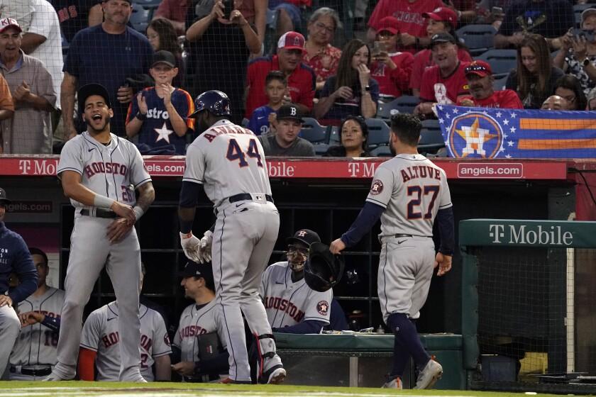 Yordán Álvarez (centro), de los Astros de Houston, celebra c