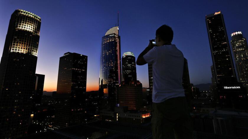Wilshire Grand Center, el rascacielos más alto del oeste, debuta en el centro de Los Ángeles