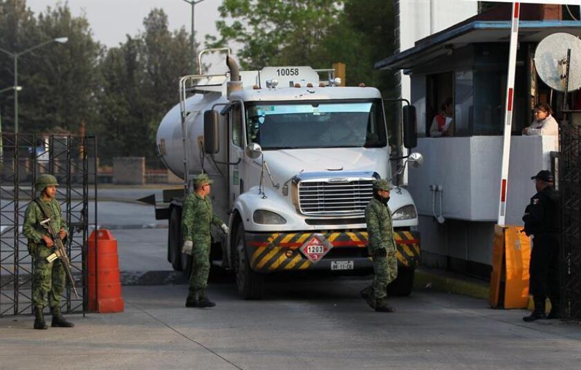 Elementos del Ejército mexicano y policías capitalinos, resguardan las instalaciones de distribución de combustibles en Ciudad de México (México). EFE/Archivo