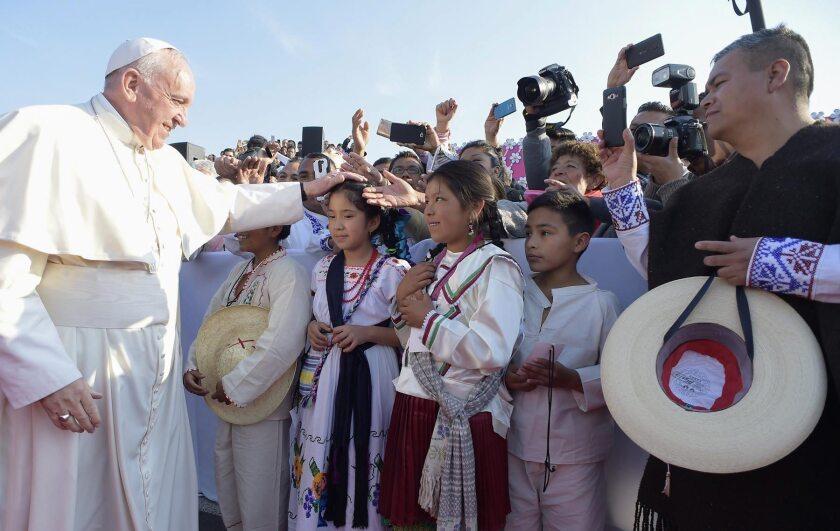 Fotografía facilitada por 'Osservatore Romano que muestra al papa Francisco (izda) que saluda a unos niños antes de oficiar una misa en el estadio Venustiano Carranza en Morelia, México, ayer, 16 de febrero de 2016. EFE/Osservatore Romano/Handout SÓLO USO EDITORIAL/PROHIBIDA SU VENTA