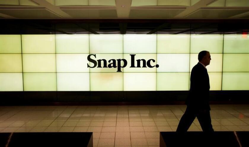 Un cartel luminoso con el logotipo de la firma tecnológica Snap en la Bolsa de Nueva York, Estados Unidos. EFE/Archivo