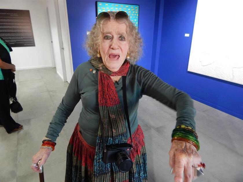 Fotografía del 2 de diciembre de 2017, de la famosa fotógrafa y documentalista austríaco-estadounidense Lisl Steiner mientras posa para Efe durante una recepción para presentar una exposición en la galería Concrete Spce en Doral, ciudad aledaña a Miami (EE.UU.). EFE