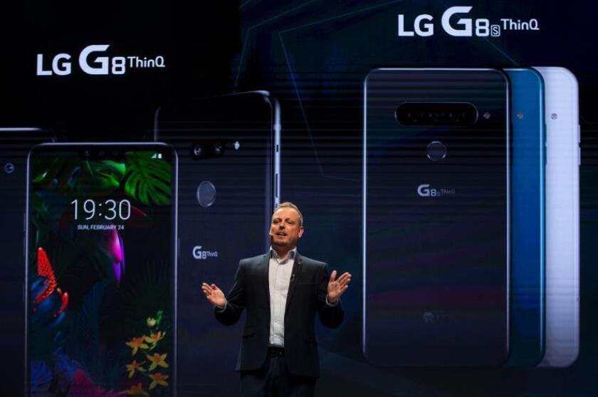 David Montanya, de LG Electronics, presenta los nuevos modelos de telefonía móvil LG V50 ThinQ y LG G8 ThinQ en un evento previo al comienzo del Congreso Mundial de Móviles que empezará mañana en Barcelona. EFE