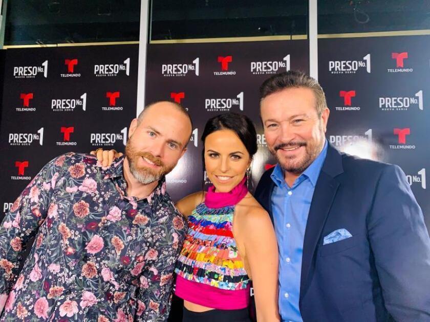 """Los protagonistas de la nueva serie de la cadena hispana Telemundo, """"Preso No.1"""", los actores mexicanos Erik Hayser (i), Alejandra Ambrosio (c) y Arturo Peniche (d), posan para Efe este miércoles durante la presentación de la serie en Miami, Florida (Estados Unidos). EFE/Alicia Civita"""