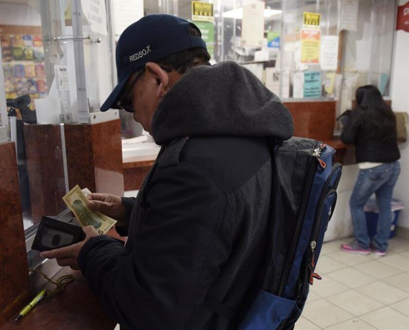 Inmigrantes de Mexico envían remesas a sus familiares en los centros de casa de cambios y transferencias del centro de Washington DC. (EE.UU). EFE/Archivo