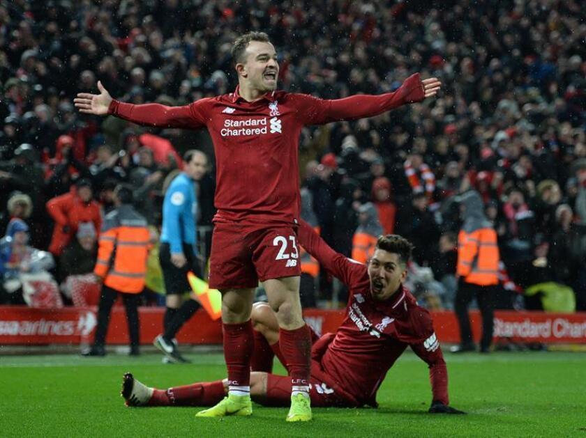 El extremo suizo Xherdan Shaqiri (c) celebra el tercer gol del Liverpool al Manchester United FC en Anfield en Liverpool, Reino Unido. EFE/EPA