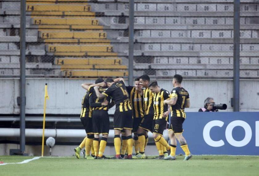 Jugadores de Peñarol celebran un gol durante un partido. EFE/Archivo