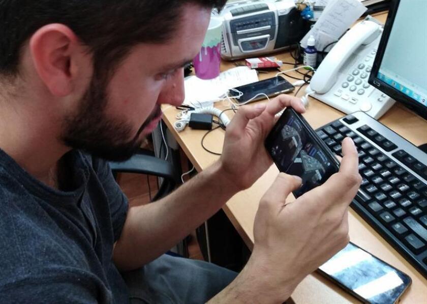 Un joven utiliza su teléfono celular en su centro de trabajo hoy, miércoles 28 de febrero de 2018, en Ciudad de México (México). EFE