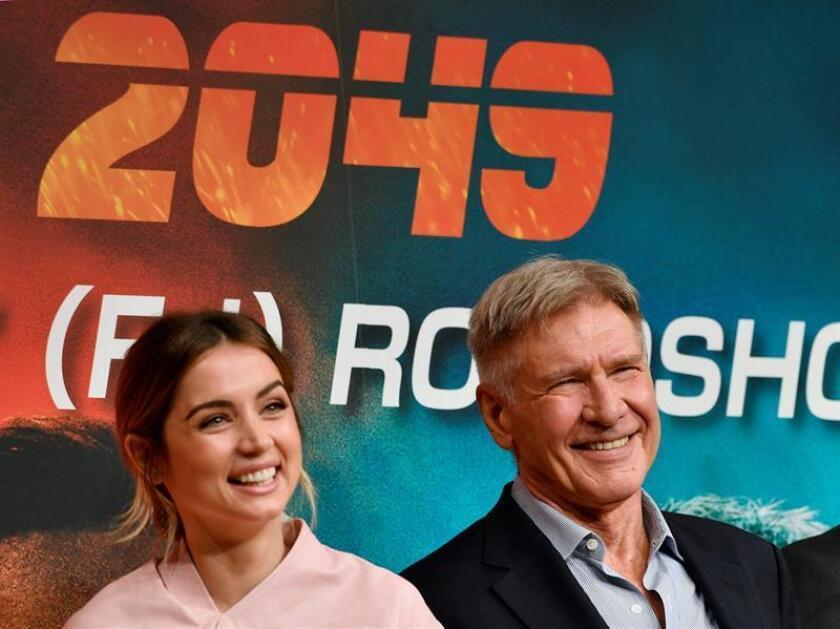 """Fotografía de archivo del actor estadounidense Harrison Ford (d) y Ana de Armas (i) posan durante el preestreno de la película """"Blade Runner 2049"""". EFE/Archivo"""