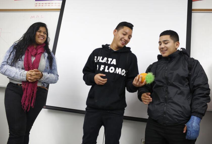 Alumnos de Jordan High en un círculo de conversación, impulsado por el método de justicia restaurativa.
