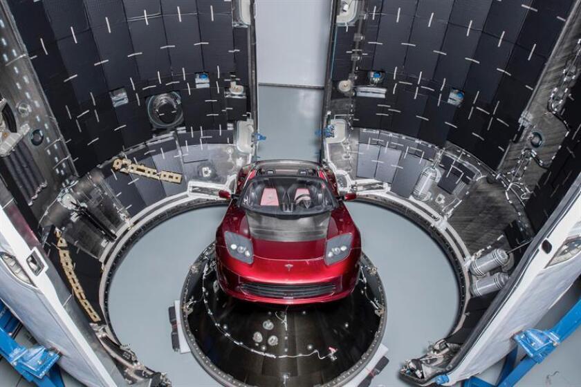 Fotografía cedida por SpaceX, donde aparece el automóvil eléctrico Tesla de color rojo, montado dentro del cohete Falcon Heavy que lo dejará en una órbita cercana a Marte si la misión se desarrolla como está previsto, en la plataforma LC-39A del Centro Espacial John F. Kennedy de la NASA en Cabo Cañaveral, Florida (EE.UU.). EFE/SpaceX/SOLO USO EDITORIAL/NO VENTAS
