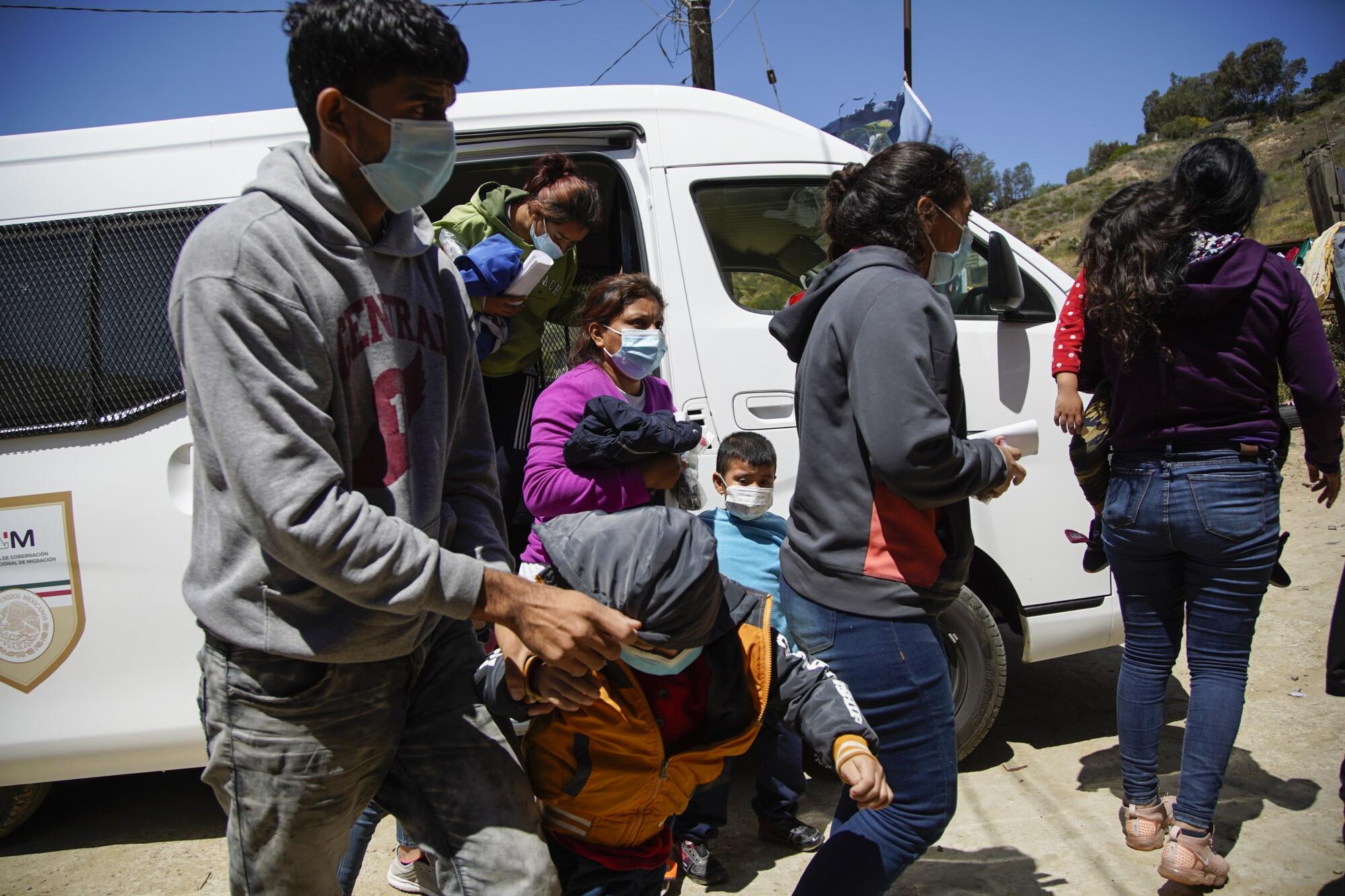 Una furgoneta del gobierno mexicano deja a los solicitantes de asilo en el Templo Embajadores De Jesús en Tijuana.