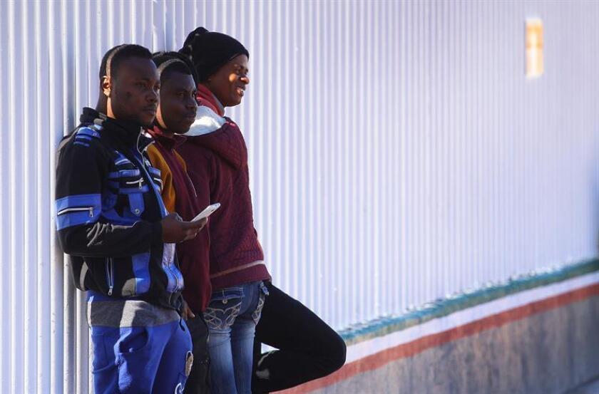 Fotografía de archivo fechada el 13 de abril de 2017 que muestra a inmigrantes haitianos que esperan para ingresar a territorio estadounidense desde Tijuana (México). El Instituto Nacional de Migración (INM) de México violó los derechos humanos de 122 indocumentados centroamericanos, incluidos menores de edad, al alojarlos en instalaciones en el oriental estado de Veracruz no reconocidas como recinto migratorio. EFE/Archivo