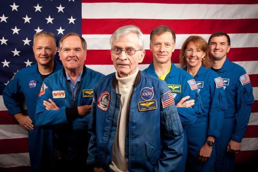 El astronauta John Young (centro), el noveno hombre en pisar la superficie lunar y quien viajó seis veces al espacio dentro de los programas Gemini, Apolo y del Transbordador Espacial, ha fallecido a los 87 años, informó hoy la NASA. EFE/NASA/Houston Chronicle, Smiley N./Pool/SOLO USO EDITORIAL/NO VENTAS[SOLO USO EDITORIAL/NO VENTAS]