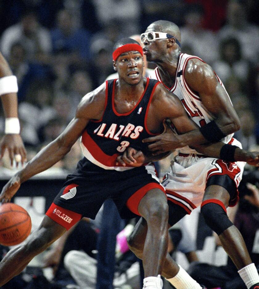 Portland Trail Blazers' Cliff Robinson drives on Chicago Bulls' Horace Grant.