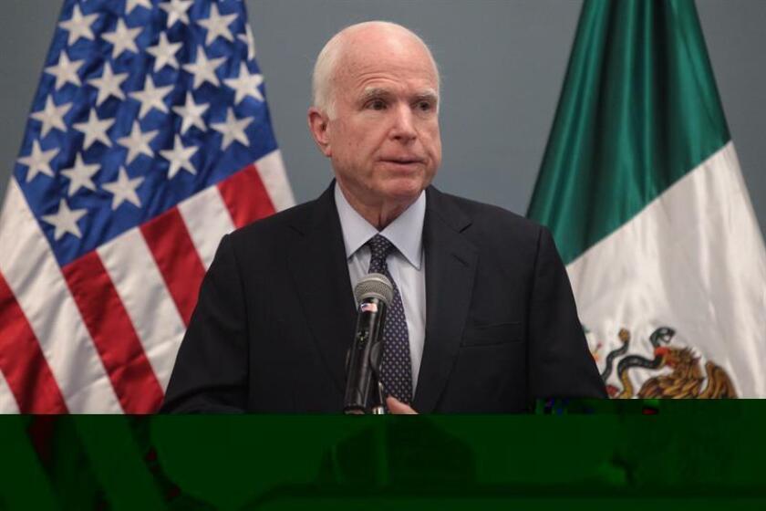 El senador republicano por el estado de Arizona John McCain, habla hoy, martes 20 de diciembre de 2016, durante una rueda de prensa en Ciudad de México (México). EFE