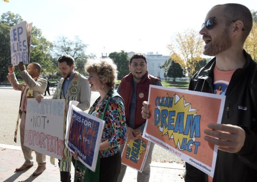 Estudiantes latinos beneficiarios del programa de Acción Diferida para los Llegados en la Infancia (DACA) sostienen carteles a favor del proyecto Dream Act durante una manifestación convocada, el jueves 2 de noviembre de 2017, por el grupo United We Dream en el parque Lafayette, frente a la Casa Blanca en Washington (DC, EE.UU.). EFE/Lenin Nolly/Archivo