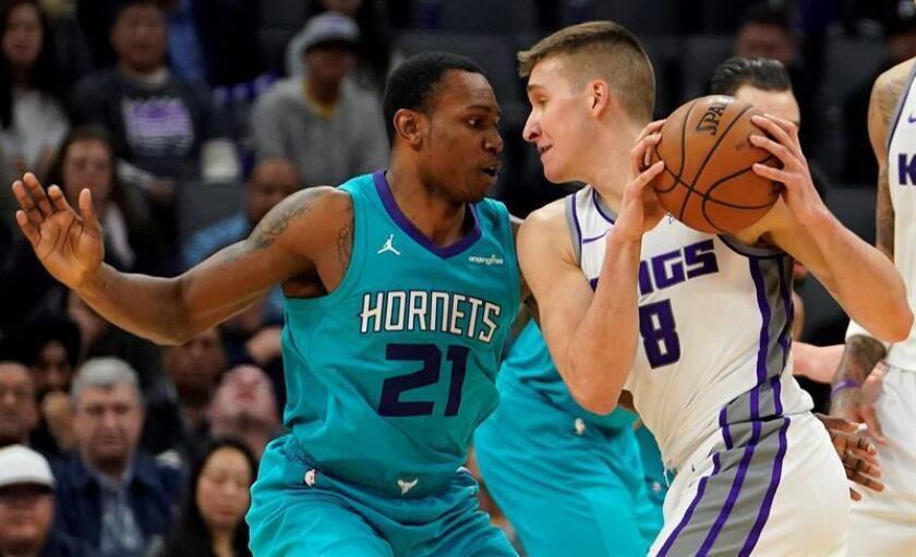 El jugador de los Hornets Treveon Graham (i) lucha por el balón con Bogdan Bogdanovic (d) de los Kings, durante el partido de la NBA entre Charlotte Hornets y los Sacramento Kings en el Golden 1 Center en Sacramento, California (EE.UU.). EFE