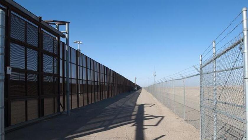 La valla entre Ciudad Juárez y El Paso está siendo reforzada con mano de obra mexicana.