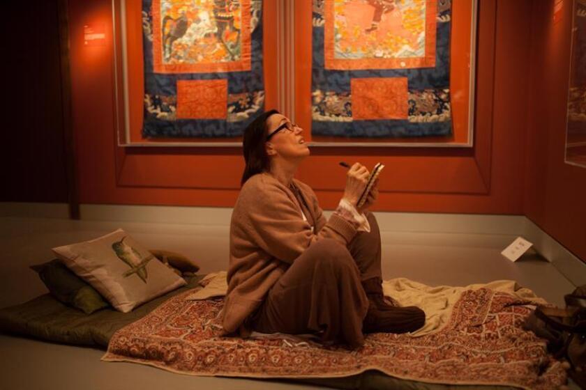 Fotografía sin fechar cedida por el Rubin Museum que muestra a una persona mientras toma apuntes frente a una de las 3.800 obras himalayas y de regiones cercanas como Nepal, Bután, India o Pakistán que se presentan en el museo en donde los participantes tienen que dormir con la promesa de tener una noche de buen descanso y abundantes sueños con una sesión de meditación antes de apagar las luces, seguida de relajantes cantos de la artista Kavita Shah y un elaborado cuento que se susurra al oído de cada uno de los participantes. EFE/Rubin Museum/SOLO USO EDITORIAL/NO VENTAS