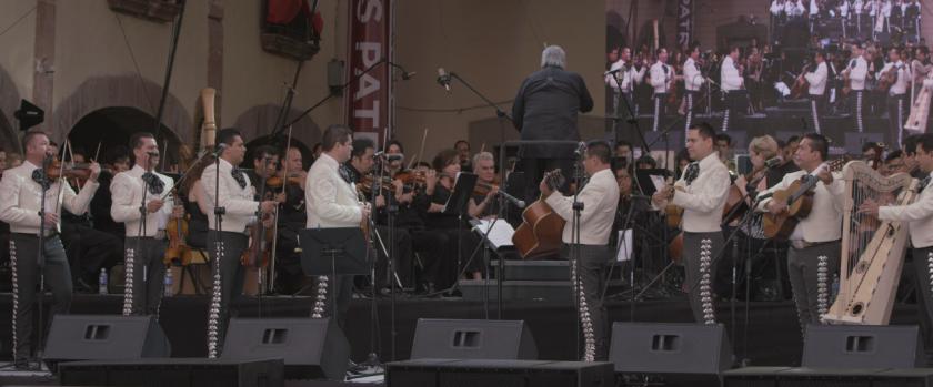 El Mariachi Vargas de Tecalitlán con la Orquesta Filarmónica de Querétaro, dirigidos por el maestro José Guadalupe Flores.
