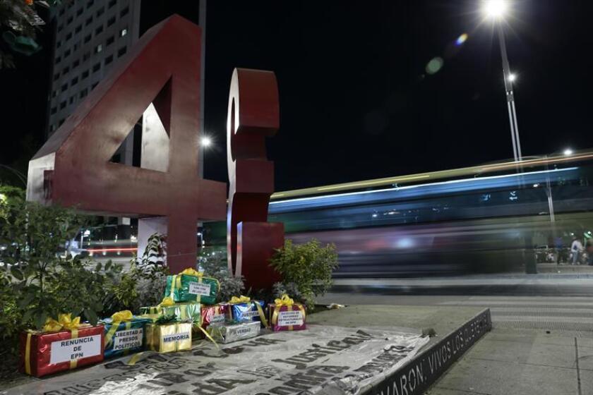 """La """"Casa Blanca"""" de Enrique Peña Nieto o el """"antimonumento"""" a los 43 estudiantes de Ayotzinapa son algunas de las paradas del """"Corruptour"""", un recorrido por la capital mexicana puesto en marcha por asociaciones civiles y activistas que pretende sumar apoyos para la lucha contra la corrupción. EFE/Archivo"""
