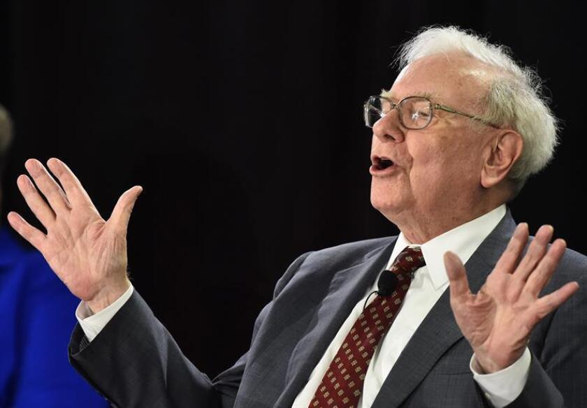El multimillonario inversor estadounidense Warren Buffett criticó hoy al fundador de Tesla, Elon Musk, por los tuits que publicó a principios de agosto en los que dijo tener financiación para retirar a la compañía de la bolsa y que provocaron una jornada caótica en Wall Street. EFE/ARCHIVO
