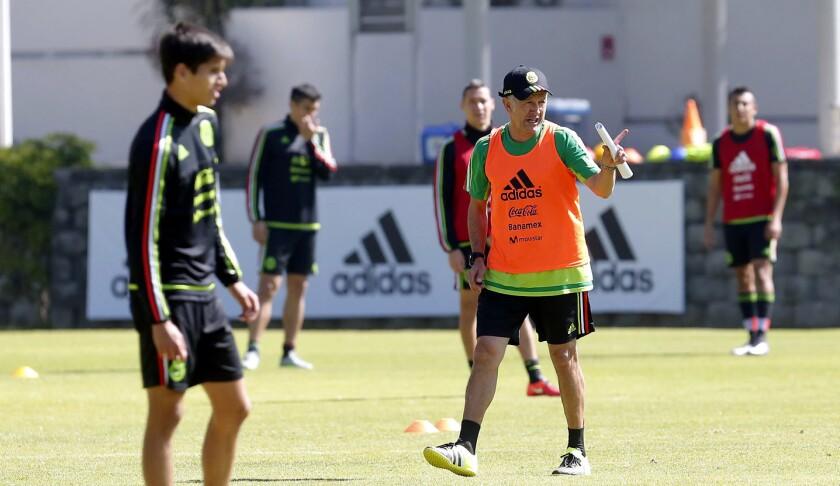 Juan Carlos Osorio (d), estratega del Tri, da indicaciones en el entrenamiento.