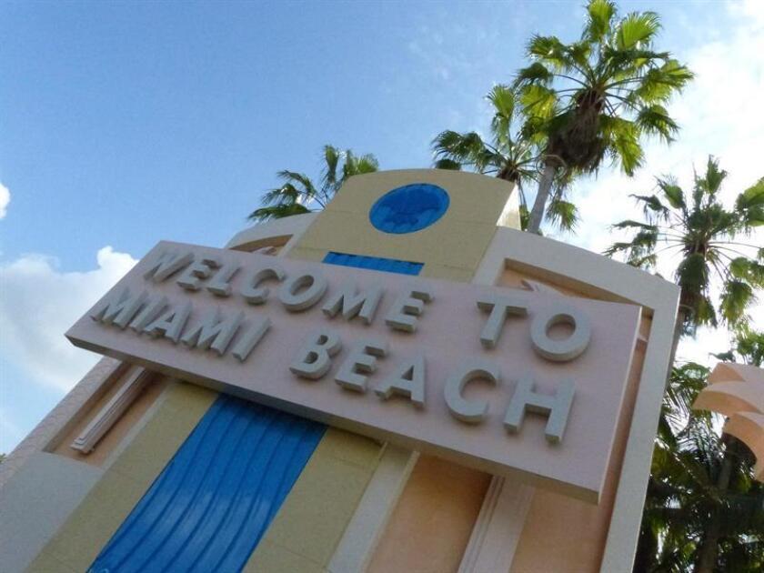 Imagen del letrero luminoso que marca una de las entradas a la ciudad de Miami Beach. EFE/Archivo