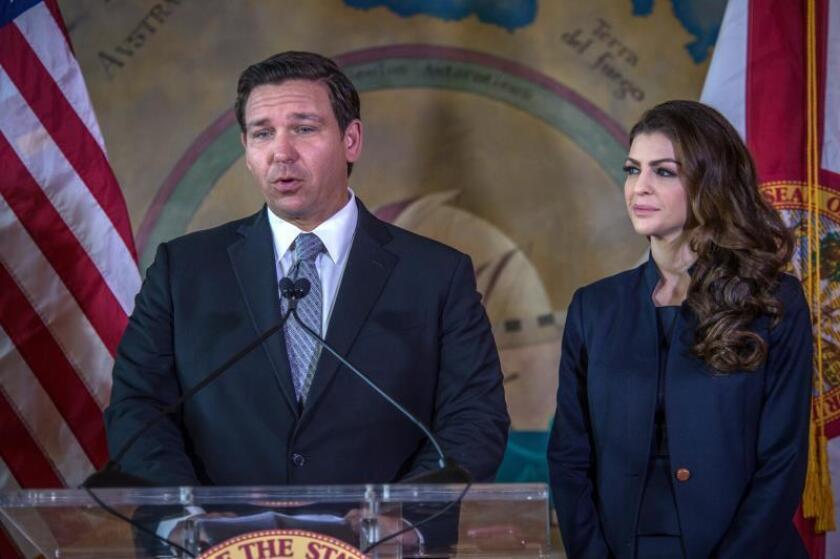 El gobernador de Florida, el republicano Ron DeSantis (i), habla el miércoles 9 de enero de 2019, junto a su esposa, Casey DeSantis (d), durante un acto en la Torre de la Libertad de Miami, Florida (EE.UU.). EFE/Giorgio Viera/Archivo
